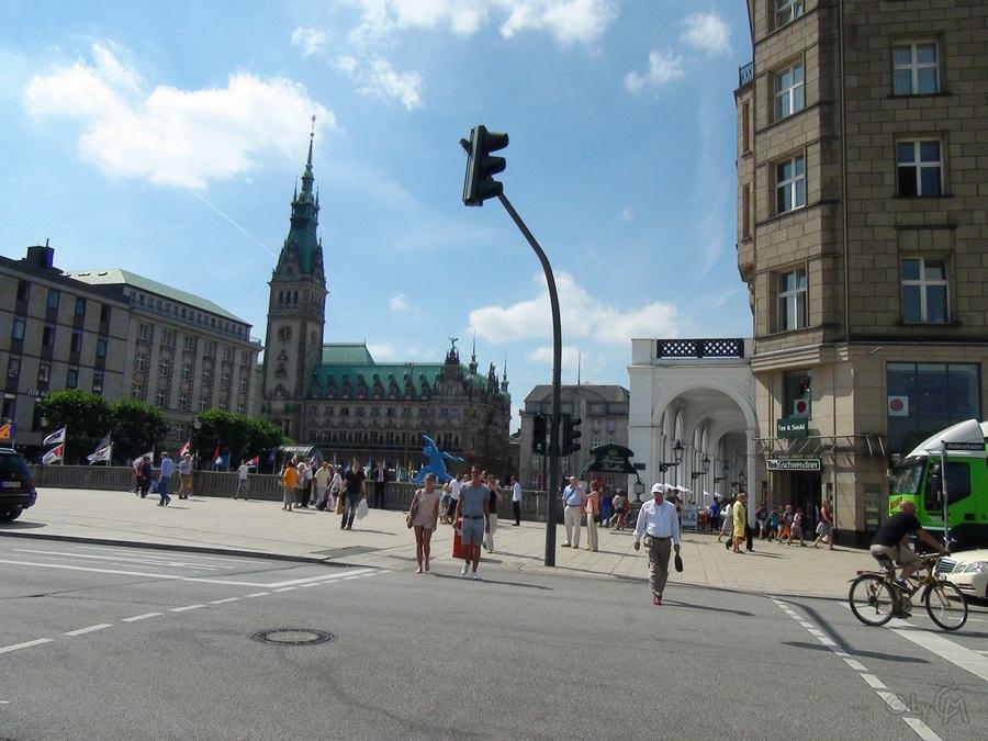 Links befindet sich hier der Jungfernsteg und vorne in der Bildmitte das Rathaus. Der Blick aus dieser Persepektive hatte für mich beinahe italienisches Flair.